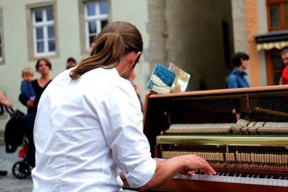 piano-player-1589155_640-1-420x280